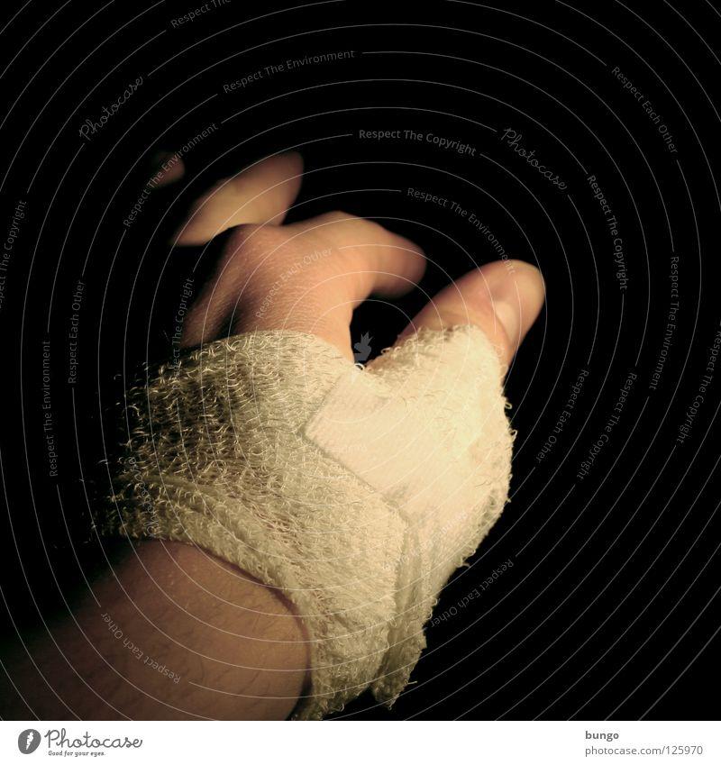 Mittelblock Mann Hand Spielen Arme Erfolg Finger fallen Schmerz kämpfen Block Muskulatur Daumen Verbundenheit Fingernagel Wunde