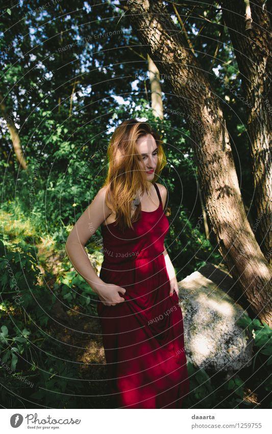 Waldfee Natur Jugendliche Sommer Junge Frau Freude Wärme Leben feminin Stil Spielen Lifestyle Garten Freiheit Stimmung Park wild