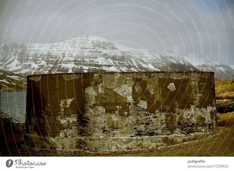 Island Umwelt Natur Landschaft Wolken Klima Berge u. Gebirge Gipfel Schneebedeckte Gipfel Küste Fjord Djupavik Fabrik Ruine alt außergewöhnlich kalt kaputt