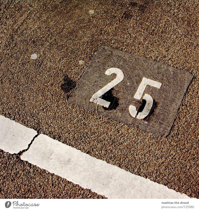 25 weiß Straße kalt Wärme Stein Linie Schilder & Markierungen Ordnung Platz Verkehr verrückt Ziffern & Zahlen Physik Schönes Wetter Verkehrswege Riss