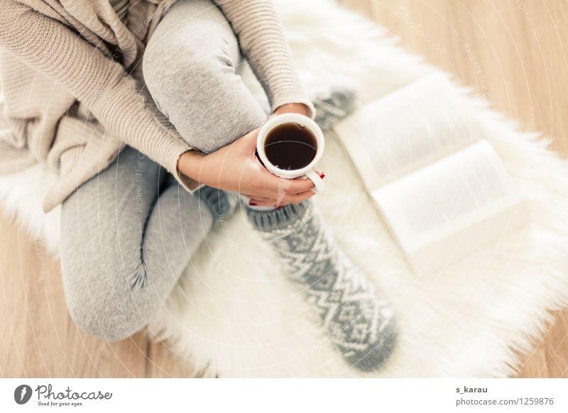 Winternachmittag Getränk trinken Heißgetränk Tee Tasse Lifestyle Körper harmonisch Wohlgefühl Erholung ruhig lesen feminin Arme Hand Beine Fuß 1 Mensch Buch
