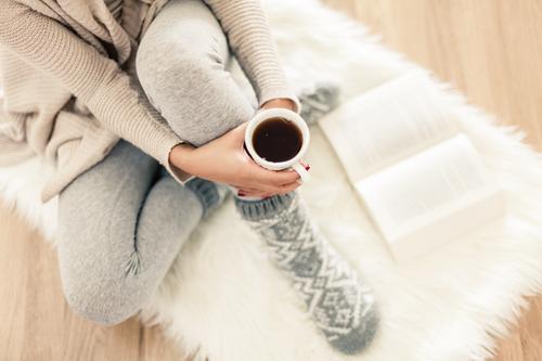 Winternachmittag Mensch Erholung Hand ruhig Wärme feminin Beine Lifestyle Fuß Freizeit & Hobby Häusliches Leben Körper sitzen Arme Getränk Bekleidung