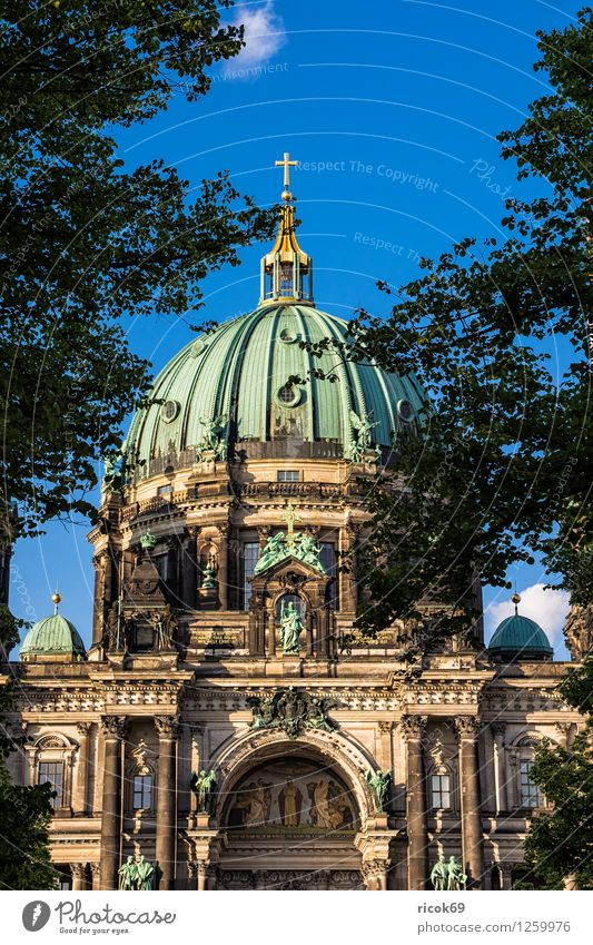 Berliner Dom Ferien & Urlaub & Reisen blau grün Wasser Baum Wolken Architektur Berlin Tourismus Bauwerk Wahrzeichen Hauptstadt Stadtzentrum Sehenswürdigkeit Dom Attraktion