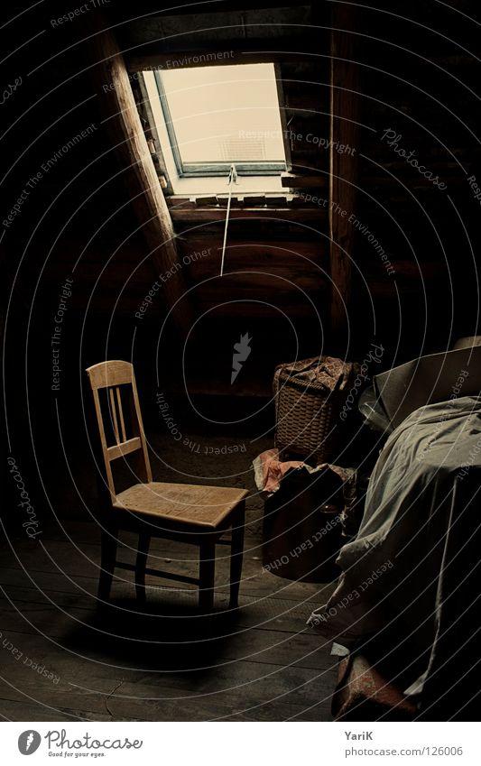 einsam alt ruhig Einsamkeit dunkel Fenster Holz klein Traurigkeit Denken Raum Beleuchtung Zeit warten Dach Stuhl weich