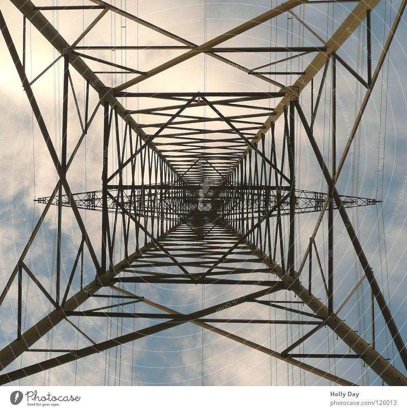 Der dritte Versuch... Himmel Wolken hoch Industrie Energiewirtschaft Elektrizität stehen Netz stark Stahl aufwärts Strommast Eisen durcheinander Leitung Spinnennetz