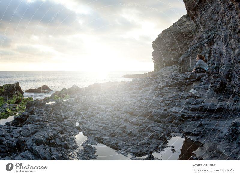 Kitschig Wellness harmonisch Wohlgefühl Zufriedenheit Sinnesorgane Erholung ruhig Meditation Sommer Sommerurlaub Strand Meer Wellen Junge Frau Jugendliche