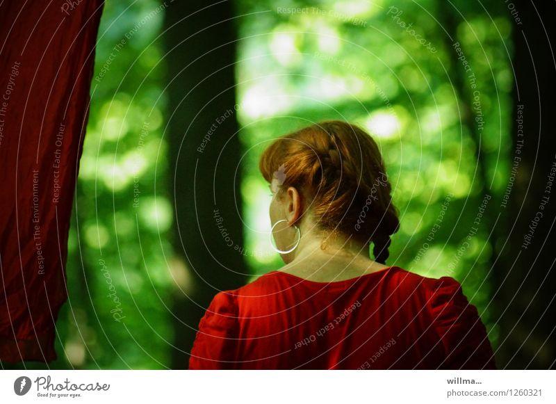pZ3 | ich ging durch einen... Frau Jugendliche grün Junge Frau rot dunkel Wald Erwachsene Kopf Rücken rothaarig Ohrringe