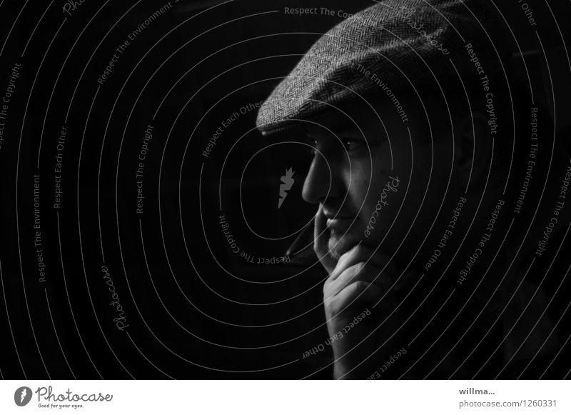 Junger Mann mit Schiebermütze vor schwarzem HG Kinn auf der Hand auf, Profil Erwachsene Kopf Schirmmütze dunkel nachdenklich aufstützen beobachten Denken