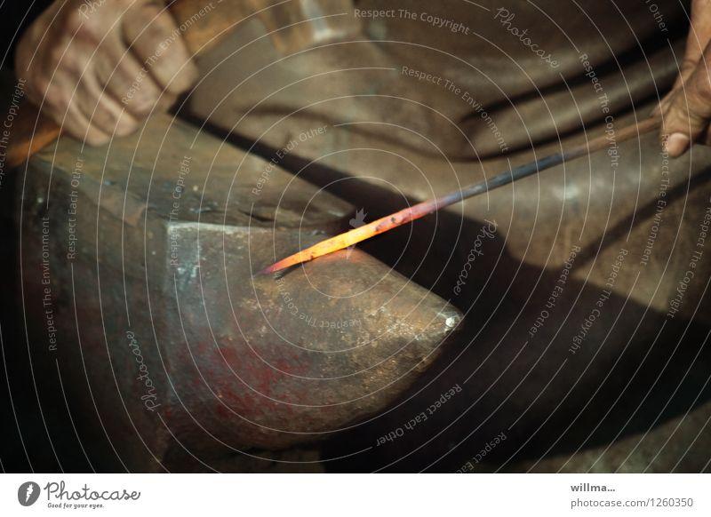 schlagfertigkeit Mann Hand dunkel Erwachsene Arbeit & Erwerbstätigkeit dreckig Kraft Beruf heiß Stahl Handwerk Eisen Leder Handwerker glühen Tatkraft