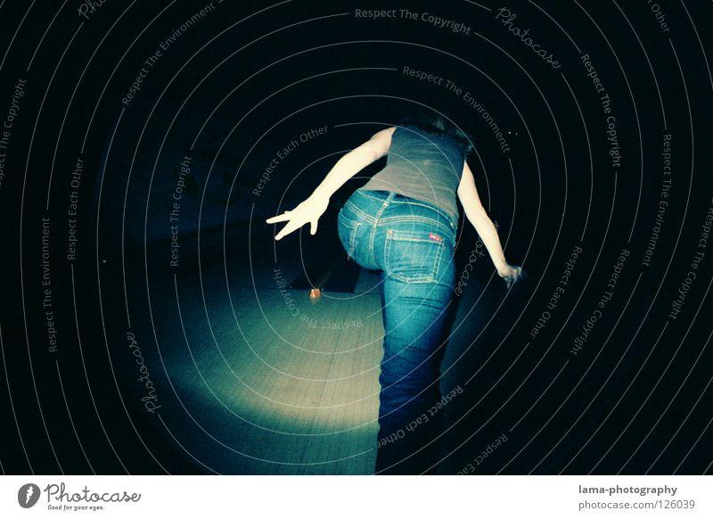 STRETCH & STRIKE Frau Hand Freude Spielen Rücken Arme Aktion Kreis rund Jeanshose Hinterteil Kugel Hose analog Momentaufnahme Langeweile
