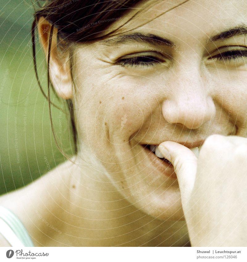 violently happy Gefühle Wimpern Wange Augenbraue Frau brünett Lippen Freude Vertrauen Hoffnung grün feminin Beautyfotografie Jugendliche Sanguiniker Grübchen