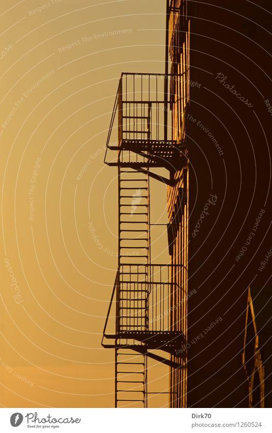 Himmelsleitern Himmel Stadt Sommer ruhig Haus schwarz Wand Wärme Mauer Stein braun Metall Fassade orange Treppe Häusliches Leben