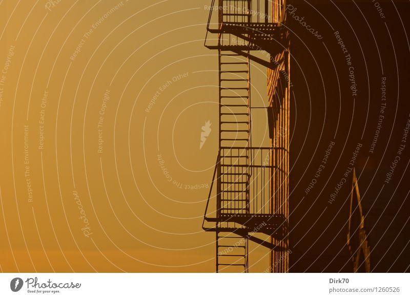 Sprosse für Sprosse Sommer Haus Wand Wärme Architektur Mauer Fassade Metall Treppe Perspektive Schönes Wetter Hoffnung Sicherheit Ziel Geländer Balkon