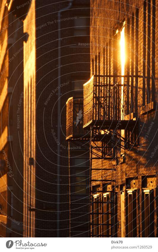 Fassadenglanz Häusliches Leben Sonne Sonnenaufgang Sonnenuntergang Sonnenlicht Sommer Schönes Wetter New York City Hell's Kitchen Haus Fabrik Wohnhaus