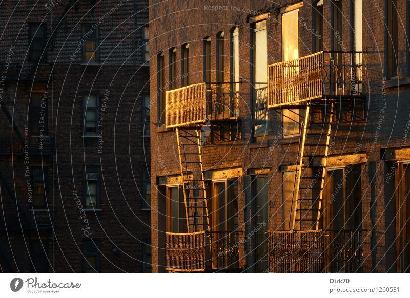 Manhattan backyards Sommer rot Haus dunkel Fenster schwarz gelb Wärme Wand Mauer Metall Fassade Wohnung orange Treppe Häusliches Leben