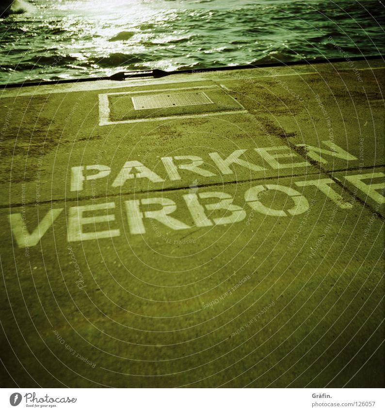 Handbremse anziehen Wasser Sonne Wasserfahrzeug Wellen Beton Schriftzeichen Buchstaben Hinweisschild Hafen Anlegestelle Elbe Mittelformat Parkverbot Grünstich