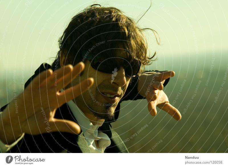 : R E L O A D E D : Is was?! Mensch Mann grün lustig maskulin Horizont verrückt Coolness Filmindustrie Körperhaltung Medien Gewalt Anzug Theaterschauspiel Kino Typ