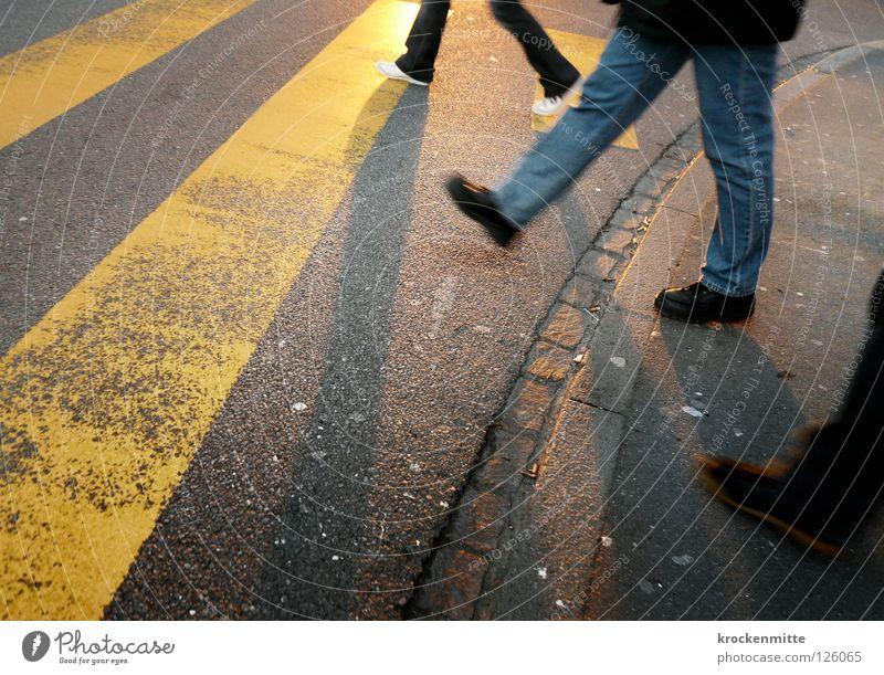 Ob ihr wirklich richtig steht... Stadt gelb Straße Schuhe gehen Verkehr 3 Jeanshose Asphalt Streifen Verkehrswege Fußgänger Teer schmal Überqueren Zebrastreifen