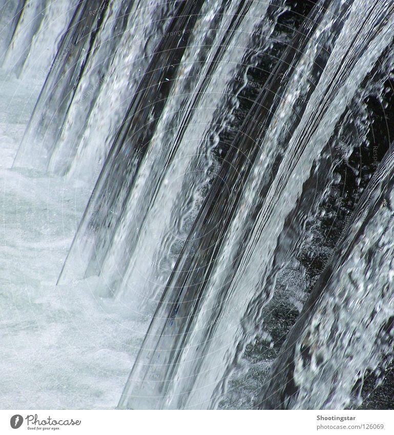 lebendiges Wasser fließen strömen nass Geplätscher Absturz kalt Wellen Schaum weiß Sturz Wasserfall Fluss abwärts Dauerwelle Kurve Staustufe blau Bewegung
