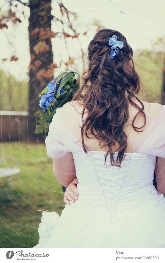 Rückblick Mensch Jugendliche Junge Frau Baum feminin Haare & Frisuren Park Hochzeit Kleid Blumenstrauß Umarmen Braut