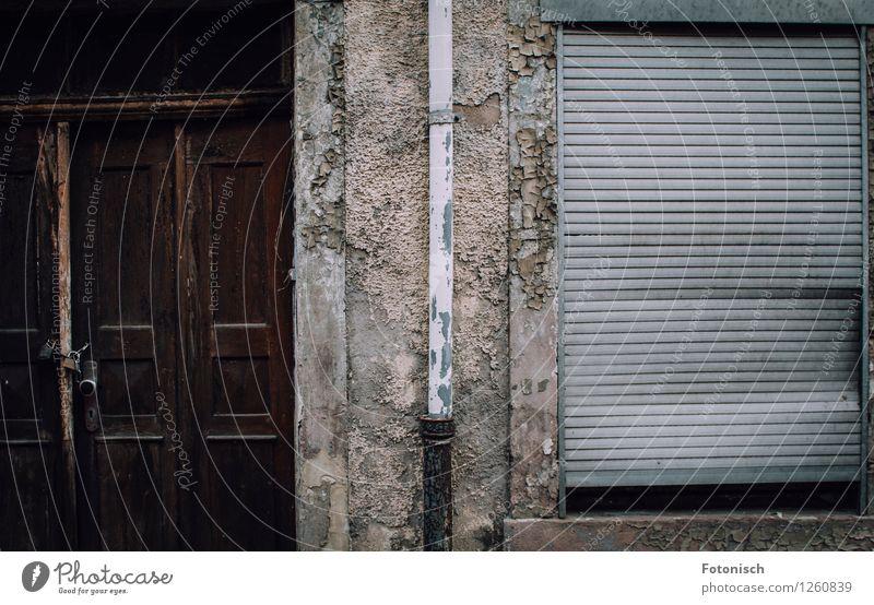 verriegelt, verlassen und verwahrlost Haus Fassade Tür kaputt gruselig Rollladen