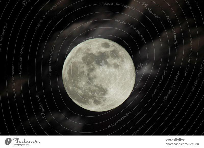 MOON Nahaufnahme Nacht Langzeitbelichtung Wolken Himmel Mond Vollmond kugelrund kreisrund Mondsüchtig Mondlandschaft Nachtaufnahme Astronomie Astrofotografie