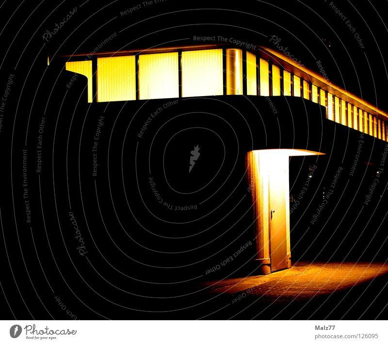 Yellow Exit Licht Physik Nacht gelb schwarz Keller Haus Gebäude Dortmund Fenster Notausgang simpel Etage Arbeit & Erwerbstätigkeit Außenaufnahme