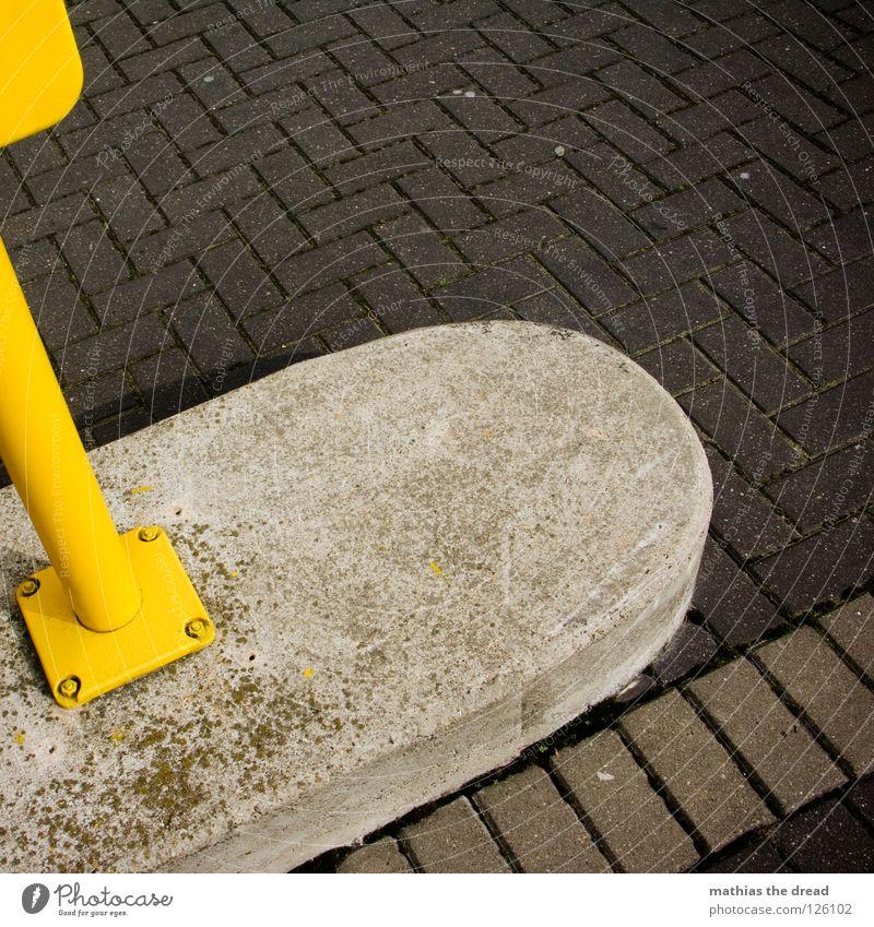Gelber Kasten Asphalt hart unbequem porig schwarz grau trist Streifen gelb parallel Sauberkeit Poller erlauben befestigen Schraube Eisen Rechteck Geometrie