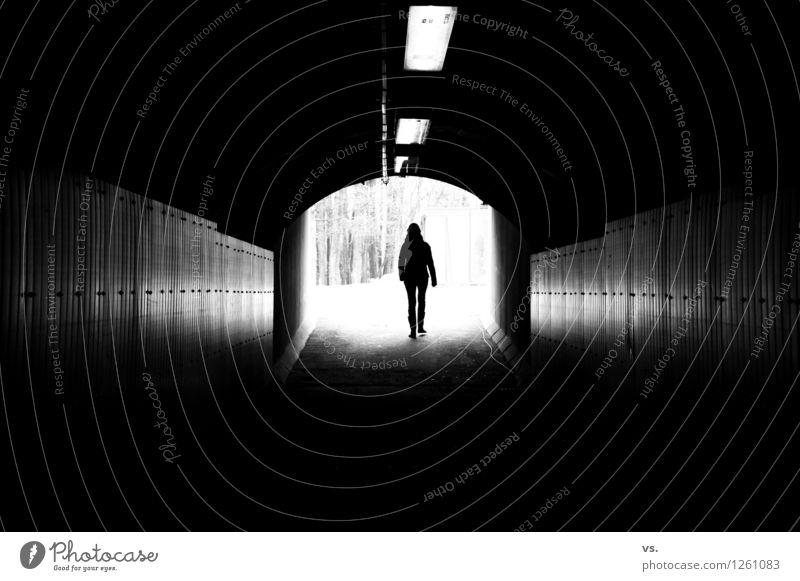 Spa-Wochenende mit Frau vs. Ausflug feminin Junge Frau Jugendliche 1 Mensch 30-45 Jahre Erwachsene Brücke Tunnel Bauwerk Mauer Wand Verkehrswege Wege & Pfade