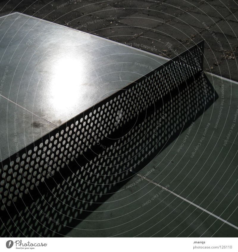 Spieltrieb Tischtennis Tischtennisplatte Spielen Freibad Sommer Freizeit & Hobby Loch gelöchert Ecke Oberfläche Reflexion & Spiegelung Schatten grün weiß Freude