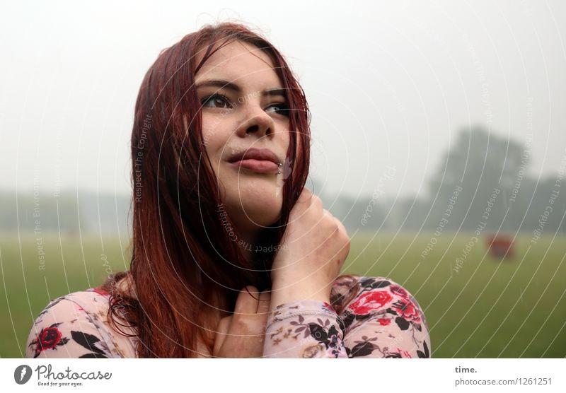 . Mensch Frau schön Landschaft Erwachsene Leben Gefühle Wiese feminin Glück Zeit Stimmung Park Zufriedenheit Regen genießen