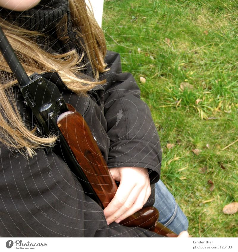 RIFLE V Frau Angst Ziel festhalten Panik Griff Waffe Gewehr