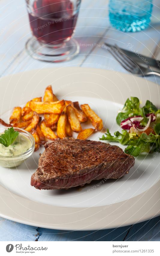 Ladysteak Fleisch Gemüse Salat Salatbeilage Mittagessen Abendessen Teller Glas Restaurant lecker saftig Rindersteak Rindfleisch Steak Scheibe Wein Essen Speise