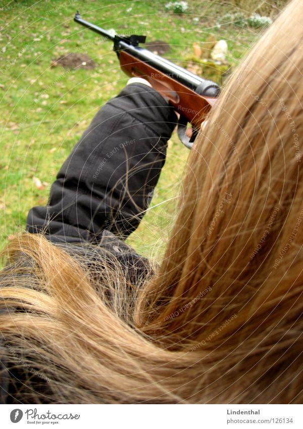 RIFLE VI Frau Angst Ziel festhalten Jagd Panik Griff zielen Waffe schießen Gewehr