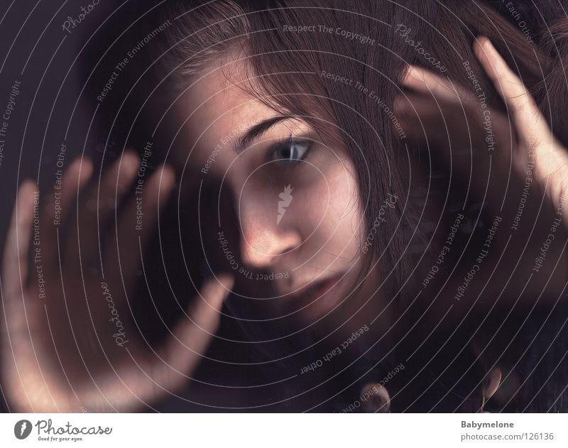 Der Blick ins Innere Frau Mensch Hand Gesicht Auge dunkel Haare & Frisuren Mund Angst Haut Glas Nase Finger gefährlich bedrohlich