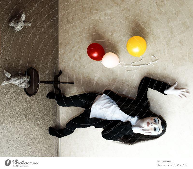Help Mensch Wand Traurigkeit Angst verrückt Perspektive Luftballon Körperhaltung Maske Karneval Schmerz Verzweiflung chaotisch Hase & Kaninchen Panik Hölle