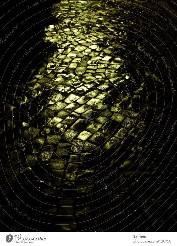 Pfad der Erleuchtung weiß schwarz Straße dunkel Freiheit Stein Wege & Pfade hell Beleuchtung Angst klein gehen mehrere lang Verkehrswege Kopfsteinpflaster