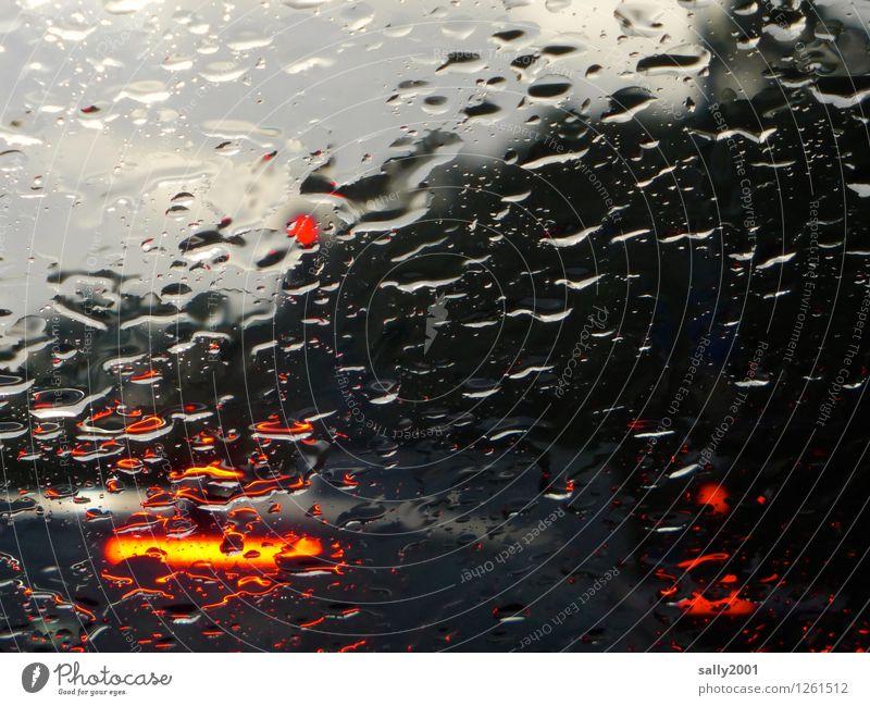 Rotlicht im Regen... rot Einsamkeit dunkel kalt Wetter PKW warten Wassertropfen gefährlich nass bedrohlich Stress Warnhinweis Aggression Ampel