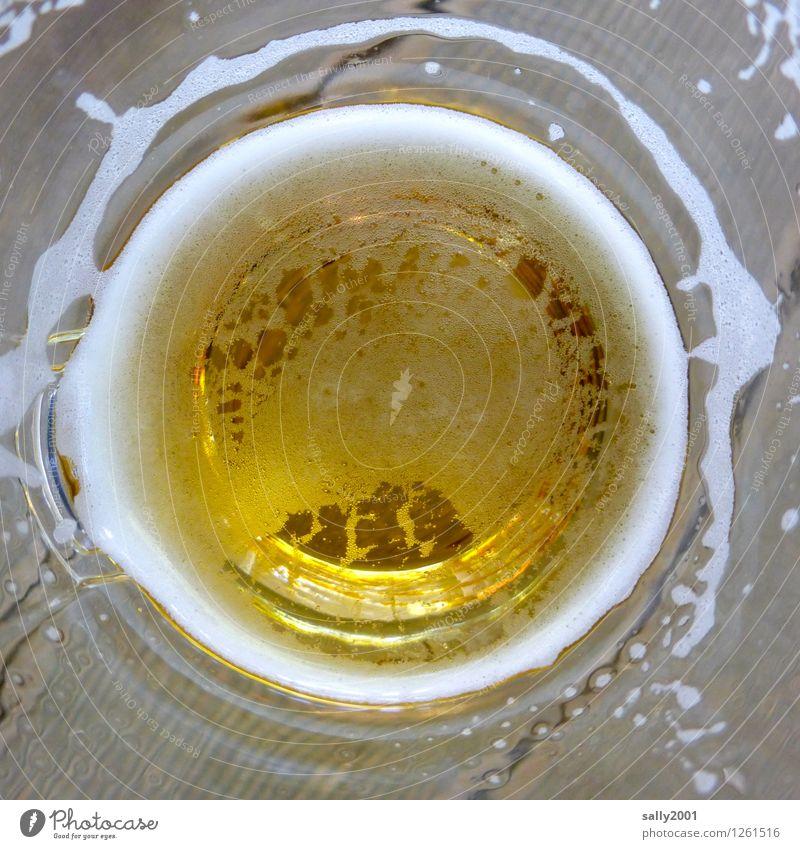 tief ins Glas blicken... Getränk Erfrischungsgetränk Alkohol Bier Becher Erholung genießen trinken Flüssigkeit Gesundheit kalt gelb gold Durst Alkoholsucht