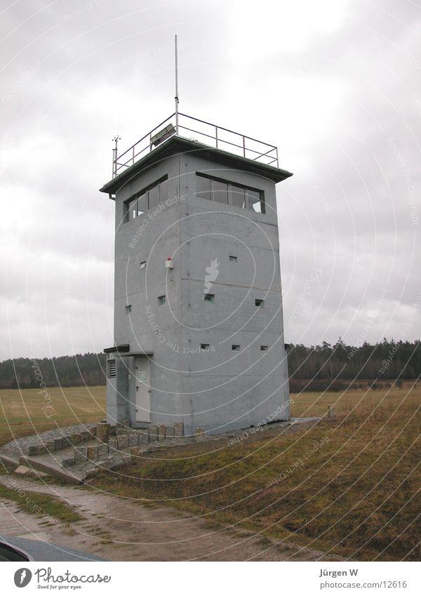 Wachturm Grenze grau Deutschland historisch DDR watchtower border grey