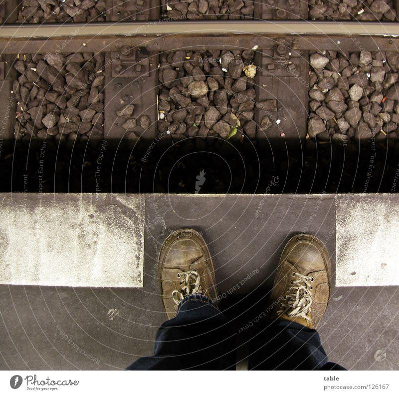Hans Schuhe Mensch Eisenbahn Bahnhof Trauer Verzweiflung Mann Gisela alt Schnauze voll Bahnsteigkante nix weiter nur `n Foto