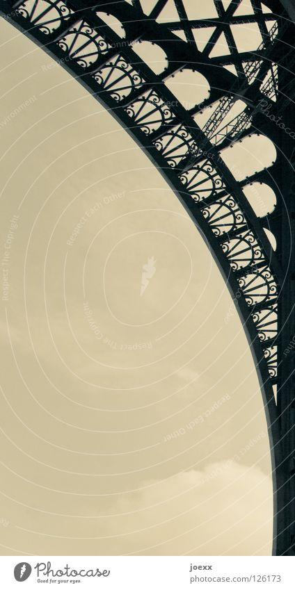Lichtbogen Ausland Bauwerk Tour d'Eiffel Eisen Frankreich grau historisch Ausflug Nostalgie Paris Radius Bogen Schnörkel Stahl Symbole & Metaphern Tourismus