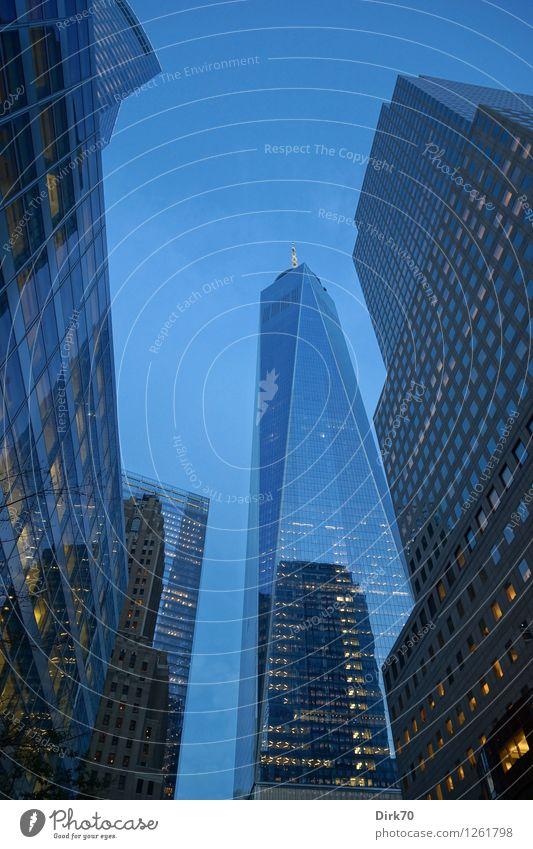 Höher und höher hinauf Wirtschaft Handel Kapitalwirtschaft Geldinstitut Business New York City Manhattan Stadtzentrum Skyline Menschenleer Hochhaus Bankgebäude
