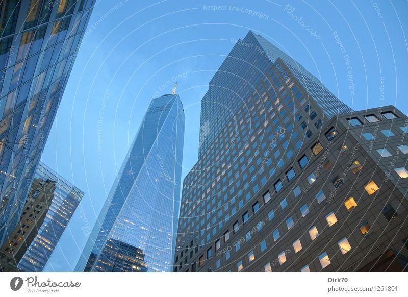 Blaue Stunde im Financial District Himmel Sommer Einsamkeit Stil Business Fassade Büro Tourismus elegant modern Hochhaus Erfolg Perspektive Schönes Wetter