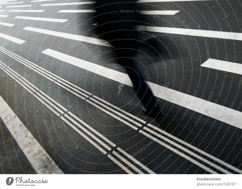 zielstrebig Mensch weiß Stadt schwarz Linie gehen Verkehr rennen Ziel Asphalt Richtung Verkehrswege Tasche Fußgänger zielstrebig Signaletik