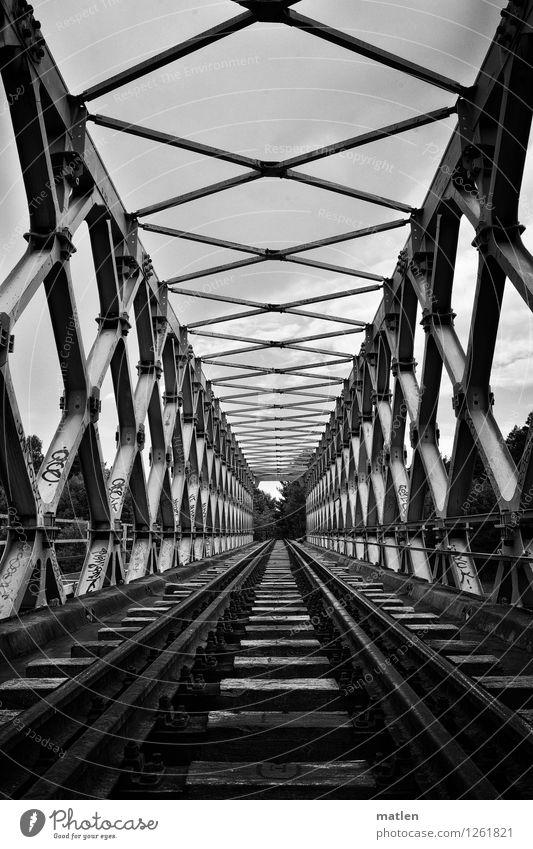 Eisenfachwerkbrücke Menschenleer Brücke Bauwerk Architektur Wahrzeichen Verkehrswege Bahnfahren Schienenverkehr Eisenbahn Gleise Originalität schwarz weiß