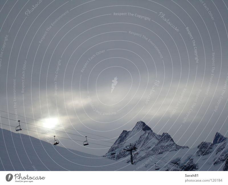 Letzter Aufstieg Winter Sesselbahn schlechtes Wetter dunkel Sonnenuntergang Einsamkeit Stimmung Grindelwald weiß grau fahren aufsteigen kalt Berner Oberland