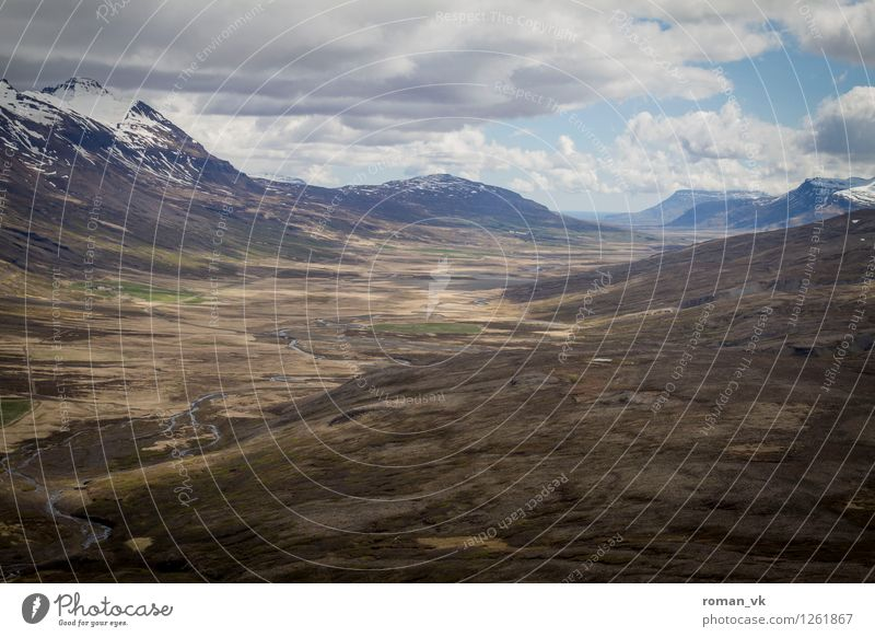 Meer in Sicht Himmel Natur Ferien & Urlaub & Reisen blau grün Sommer Wasser Landschaft Wolken Ferne kalt Berge u. Gebirge gelb grau Stein Sand