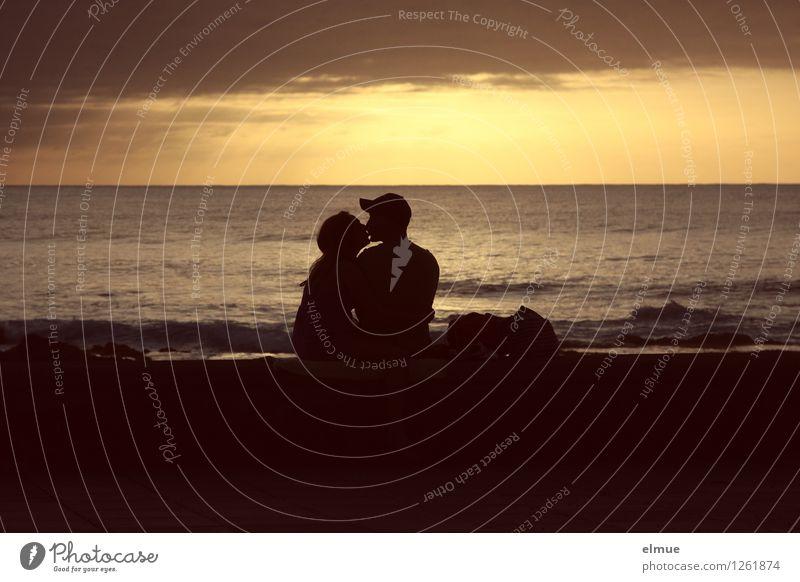 Das Gute-Nacht-Küsschen. Mensch Jugendliche Wasser Junge Frau Junger Mann Strand schwarz gelb Wärme Liebe Gefühle Glück Paar Zusammensein träumen gold