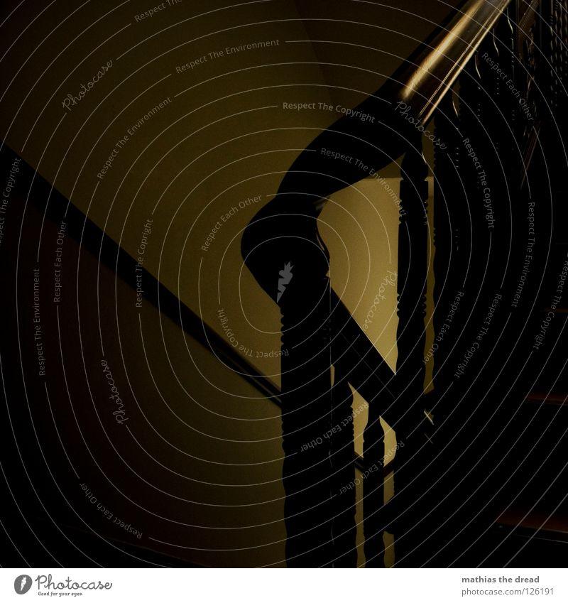 Die alltägliche Hürde des Lebens. Treppenhaus Haus Wand Licht Sonnenstrahlen Ecke Streifen rund gekrümmt festhalten Strebe streben gelb schön Flur Geländer